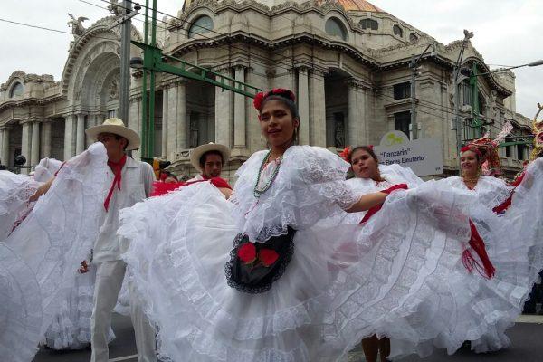 Desfile Ballet López Elías en CDMX